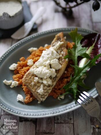 鯛に小麦粉をまぶしてバター焼きにするムニエル。パリパリ皮が香ばしい、フランス料理の一品です。フレッシュチーズやトマト風味のクスクスを添えて、簡単なのに豪華なおもてなし料理の完成です。