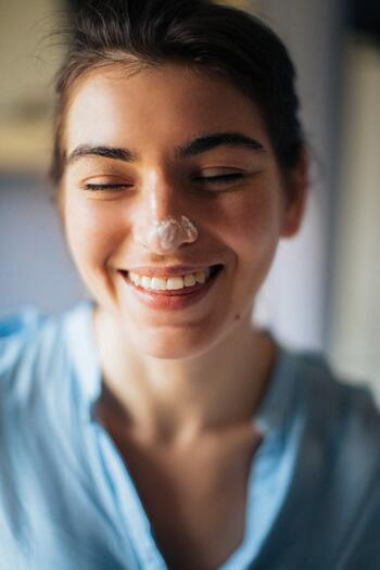 酵素洗顔とは、その名の通り酵素が含まれた洗顔料のこと。酵素は、たんぱく質や皮脂を分解する働きを持っています。そのため酵素洗顔は、普通の洗顔では落としきれない角質や角栓を除去し、ごわつきやくすみのない肌へと整える効果が期待できますよ。毎日ではなく、週2〜3回のスペシャルケアとして行うのがおすすめです。