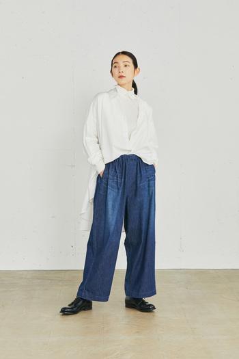 秋めいてきたら、シャツ×インナーのレイヤードスタイルも。先に紹介したストライプシャツと同型のホワイトシャツに、襟付きのカットソーを合わせたモードな着こなしを楽しんで。