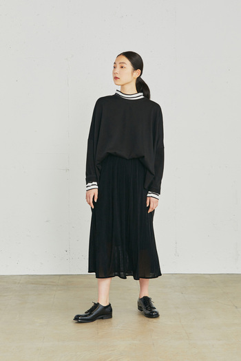 引き続き今季もトレンドである透け感アイテムを取り入れて、オールブラックコーデを格上げ。動くたびに揺れるフロッキープリントを施したチュール素材のスカートが、抜け感あるレディな着こなしを演出してくれます。モックネックのボーダーをチラ見せして、奥行きのあるスタイリングに。