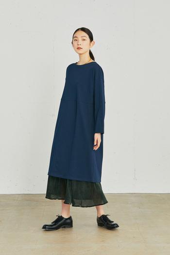 ほどよい厚みのある天竺素材のワンピースに、やわらかなチュールのスカートをレイヤード。ストンとしたシルエットに、揺れるスカートの裾が、コーディネートに動きをつけてくれます。ほんのり透けた足元が、軽やかさをプラス。