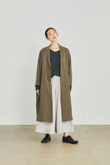 秋も深まる頃、冬アウターの出番がくるまで、気軽に羽織りたいライトなコート。重たく見えず、カジュアルになり過ぎない、テーラードコートがおすすめです。シワになりにくいドレープ感のある素材で仕立てた、ニュアンスのある一着。インパクトのある厚地のワイドパンツにも相性よく決まります。