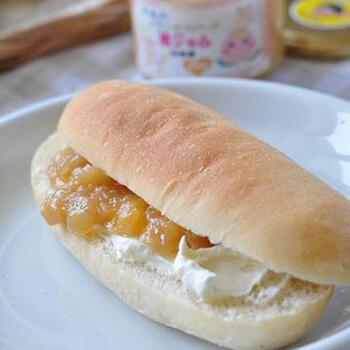 桃ジャムとクリームチーズを挟んだ、シンプルなコッペパンサンド。フルーティなジャムとクリームチーズが相性抜群!果肉が残っているタイプにすると食べ応えも満足度も◎