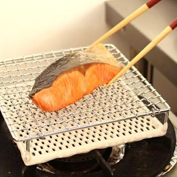 こちらもセラミック付きのコンパクトな焼き網。身がふっくらとして、綺麗な焼き目の付いた焼き魚が簡単にできます。焼きおにぎりなどと合わせて、和の朝食を楽しむのも◎