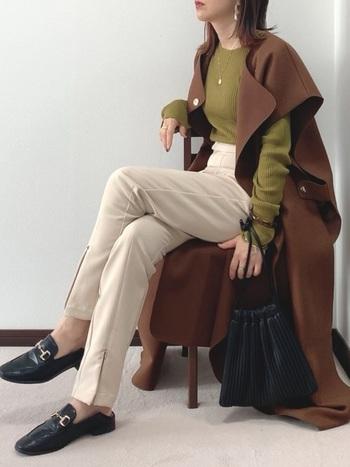 アウター感覚で羽織れて程よく暖かいロング丈ベストは、ちょっぴり寒さを感じ始めた時期にぴったり。ワンピースやニットトップス、シアートップスなどどんなトップスとも相性が良いので、コーデに変化を付けたいときにも大活躍!