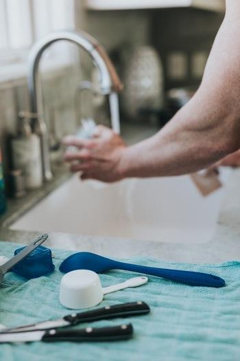 特別なお手入れは必要なく、普段の洗い物と一緒に水洗いOK!セラミック部分はデリケートなので、金属製たわしなどの硬いもので擦らないようにしましょう。