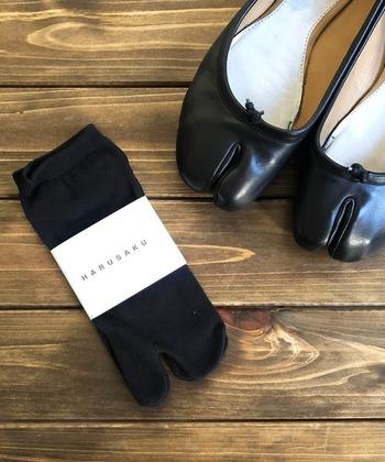 奈良で作られたコットン100%の足袋ソックス。足裏には、消臭効果のある糸が使用されており、うれしいポイントです。 ふんわりとした生地感と伸びの良さで、長時間履いても疲れにくいのだそう。定番の一足となりそうです。