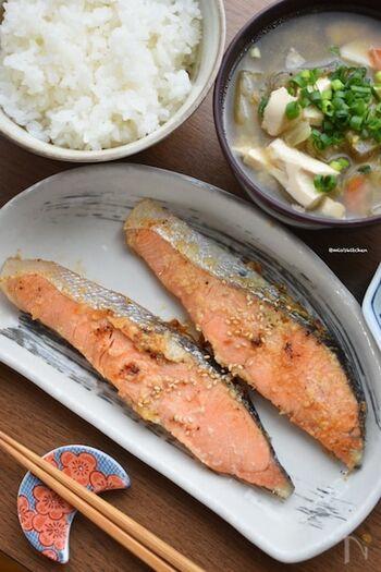 鮭と塩麹も好相性の組み合わせ。玉ねぎのすりおろしと一緒に漬け込むことで、麹の旨味と玉ねぎの甘味がさらに鮭を美味しくしてくれるそう。ひと晩つけたら焼くだけで完成◎お弁当の一品にもぴったりです。