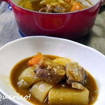 骨付き肉を使ってビーフシチューにするのも豪快でいいですね。圧力鍋なら、スペアリブもごろごろ大きな野菜も簡単です。スペシャルディナーなどにいかがでしょうか。