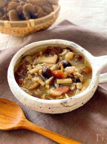 スープなどの汁物系料理にも、塩麹は旨味を加えてくれます。きのこをコトコトと煮込んだスープの仕上げに、塩麹で味をととのえて。とろりとした口当たりのスープときのこの旨みがとっても美味しい一皿です。