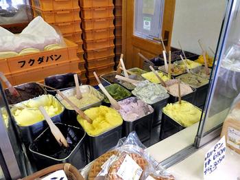 美味しそうなクリームがずらり。50種類以上のメニューの中から好きなものを選んで注文すると、その場で具材をサンドしてくれます。2種類のメニューを組み合わせることができ、そのアレンジの数は数千種類以上だとか。
