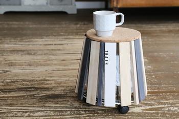 個性的なフォルムのサイドテーブルに見えますが、天板の下の鉢スタンドに袋をかければ立派なゴミ箱に。天板をのせることでテーブルとしてはもちろん、ゴミが見えなくなるという一石二鳥のアイデアです。