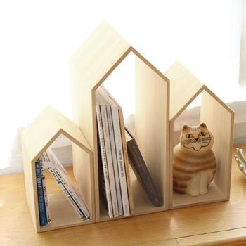 桐箱作りの老舗から届いたブックエンド。自立しづらい雑誌も、重たい写真集もしっかり支えてくれます。無漂白の白木はリビングだけでなく、子ども部屋やベッドサイドにも馴染み場所を選びません。