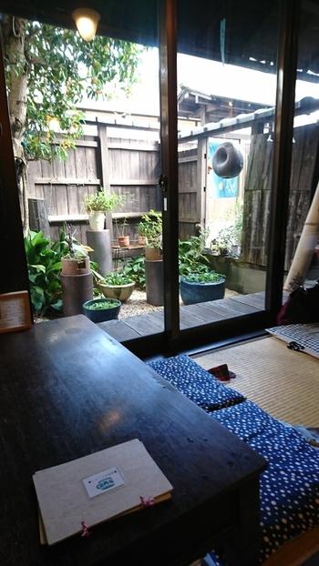 築80年以上の町家をリノベーションした店内は、おばあちゃんのおうちにいるような素朴さが魅力。座布団に座ってお庭を眺めていると、ほっとひと息つきたくなります。