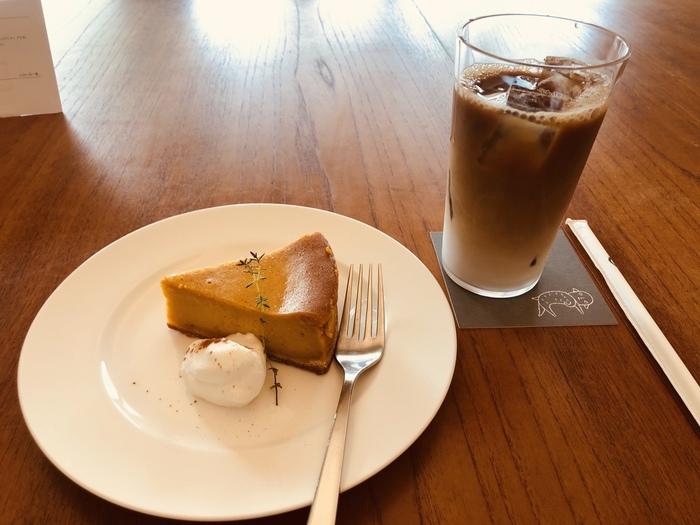 カフェタイムには、ケーキやドリンクが楽しめます。こちらは「かぼちゃのチーズケーキ」。しっとりとつややかで見るからにおいしそう。味、雰囲気どちらも最高のカフェで優雅な時間を過ごしてみませんか?