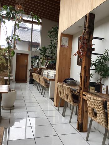 高い天井と窓ガラスから太陽の光が降り注ぐ、明るく開放感のある店内。カウンターとテーブル席があり、グループでもひとりでも心地よく過ごせます。