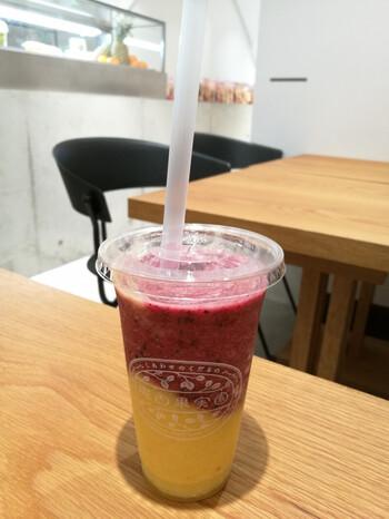 グラデーションのキレイな2層のスムージーも人気です。こちらは「パイナップル&ブルーベリー」で、それぞれのフルーツの味がしっかり感じられますよ。