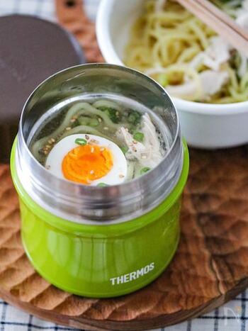 鶏がらスープベースでさっぱり食べられる冷やしラーメン。お弁当に冷たい麺類が食べられるなんて、夏野暑い日は最高ですね。