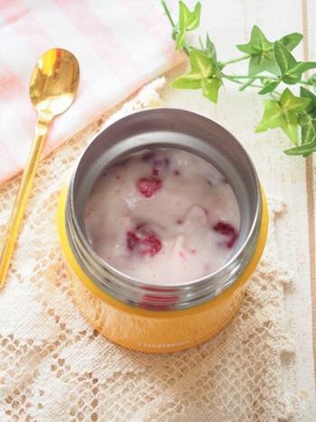 ゼラチンを使わずに、マシュマロで作るお手軽プルプルデザート。ヨーグルトとベリーの酸味が爽やかです。