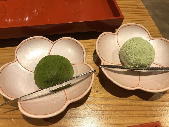 大福には3種類の大和茶を使用し、抹茶クリーム、塩餡、抹茶餅、抹茶パウダーの4重構造で作られているのが特徴。テイクアウトもできますが、店内で作りたてをいただくのもおすすめ。  「口福餅と大和抹茶のセット」は、大福と抹茶のセット。抹茶は自分で点てることができるんですよ。