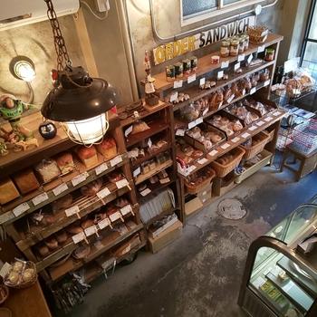 店頭には、フランスパンやベーグルなどたくさんの種類が並んでいます。季節や天候によって焼き上がりが変わるため、熟練の技で極上の味に仕上げているそう。店頭のラインナップは、公式HPにアップされているのでチェックしてみてくださいね。