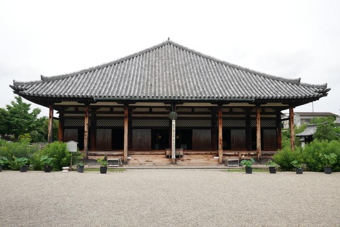 日本最古の寺院、飛鳥寺を前身とする「元興寺(がんごうじ)」は、落ち着いた雰囲気の寺院。かつてはならまちエリアの大半を含む広大な寺院でしたが、現在は旧僧坊遺構である極楽坊本堂と極楽坊禅室のみが残っていて、どちらも世界遺産に登録されています。