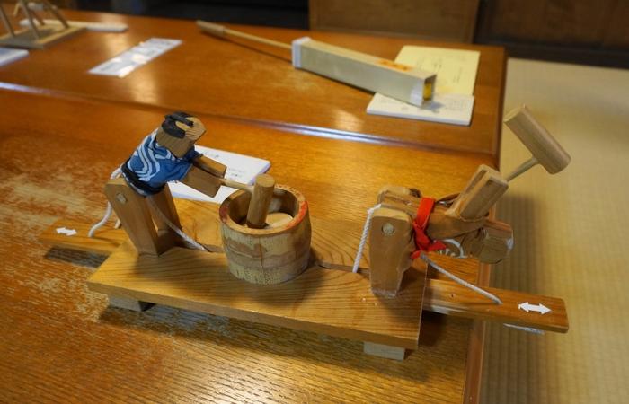 おもちゃは手に取って遊ぶことができます。木や竹・和紙などの自然素材で作られたおもちゃは、素朴で温もりが感じられますよ。スタッフの方がおもちゃの由来や使い方を説明してくれるのも楽しみのひとつ。