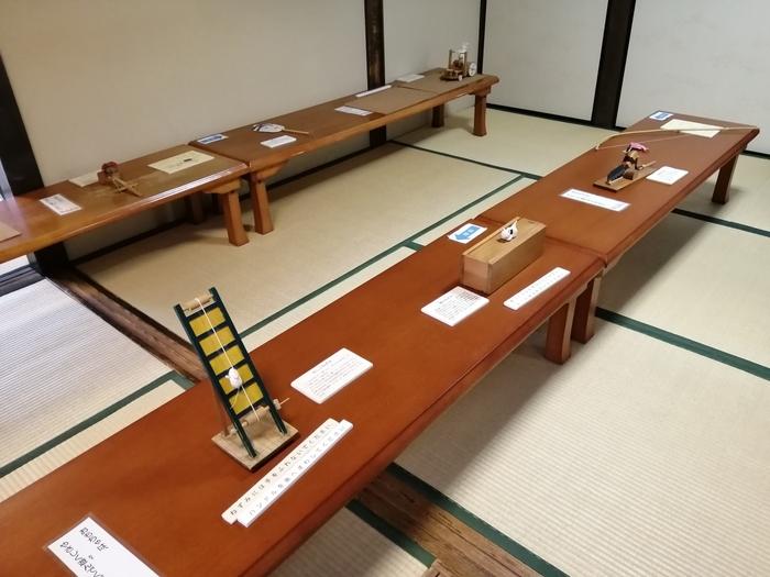 近鉄奈良駅から歩いて10分ほどのところにある「奈良町からくりおもちゃ館」は、家族で楽しめる体験施設です。明治23年に建てられた料理屋の離れを改築したスペースには、江戸時代以降に庶民が親しんだおもちゃが復元されて並んでいます。