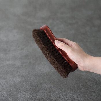 弾力性に富んだ馬毛を豊富に使用したブラシです。汚れ落としや仕上げのポリッシングなど、幅広く使用できます。