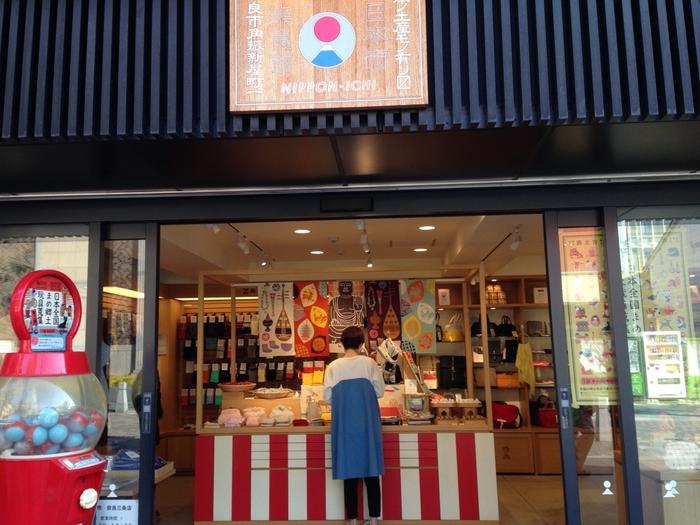 JR奈良駅からほど近い三条通り沿いにお店を構える「日本市 (奈良三条店)」は、奈良の工芸雑貨をはじめ、全国各地の雑貨がそろう人気店。衣食住のセンスあふれる雑貨に女子心がくすぐられること間違いなしですよ。