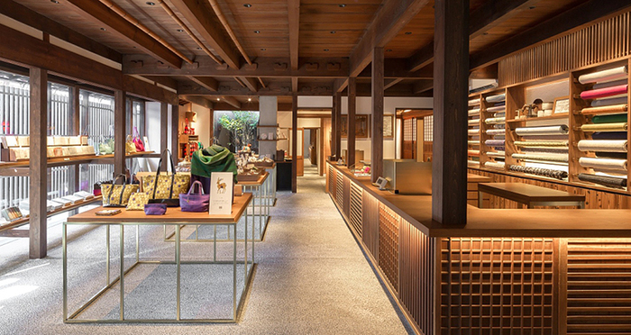 「日本の布ぬの」がコンセプトの「遊 中川」の本店がならまちにあります。奈良だけでなく、日本に古くから伝わる素材や技術を活かしたテキスタイルアイテムが人気です。