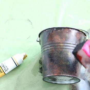 ピカピカの新品ブリキバケツをアンティーク風にアレンジするアイデアです。 ベースに茶色を塗り、次に黒、黄と重ねていけば、鉄っぽい雰囲気に。 刷毛ではなく、スポンジを押し付けるように塗ったり、軽いタッチでポンポン叩いたりして塗っていきます。