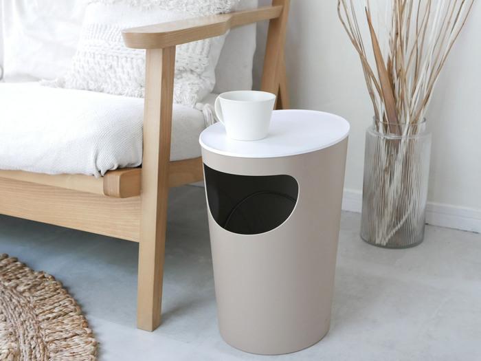 サイドテーブルとしても使える機能的なアイテムを使ってもいいですね。ソファの脇に設置すれば、雑誌や飲みかけのコーヒーをのせたり、ゴミが出たときもすぐに捨てられて便利!