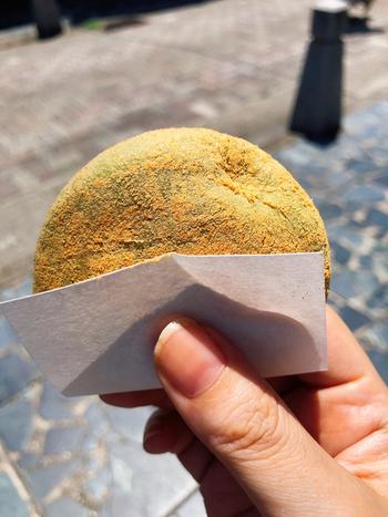 よもぎ餅の素材は、すべて国産。佐賀県産のもち米と北海道十勝産の小豆、そして愛媛県宇和島産のよもぎなど材料にこだわることで、安心でおいしいよもぎ餅ができあがります。ぱくりと頬張れば、笑みがこぼれるおいしさですよ。