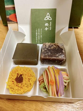 きんつばに似た見た目の「葛焼き」は、奈良吉野の本葛と丹波小豆のこしあんで作るシンプルな和菓子。ほかにも、季節を表現した練り切りの美しさは食べるのがもったいないほど。おいしい日本茶と一緒にいただきたいですね。