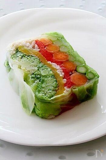 ビタミン豊富な彩り野菜と、食物繊維を多く含む大麦を使ったヘルシーなテリーヌ。サラダ感覚で食べられるゼリー寄せです。レストランの前菜のような美しい断面は、まさにアート!