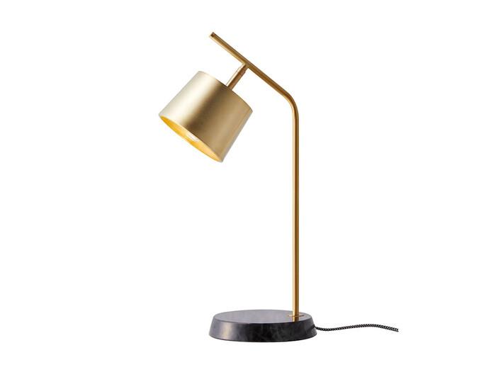 ベースの大理石が安定感と高級感をもたらす真鍮製のデスクライト。シンプルさの中に個性があるデザインで、お部屋のいいアクセントとなってくれそう!明るさを3段階で調節ができるので、使いやすさも抜群です。