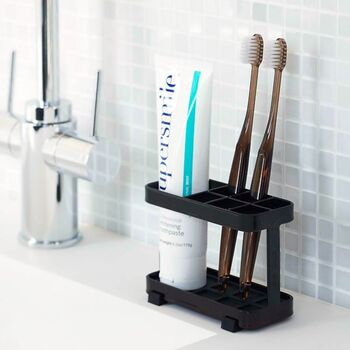 白と黒の清潔感あふれる外観も素敵ですが、歯磨き粉も一緒に立てられるなど機能面も優秀◎