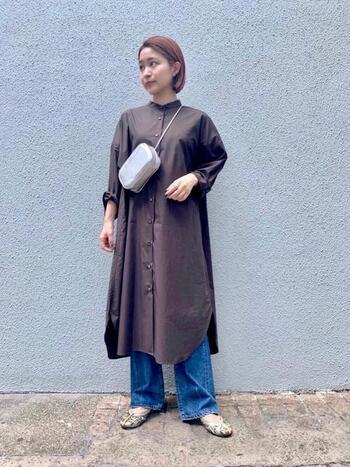 色味を抑えたワンピースとデニムのコーディネートに刺繍が鮮やかなチャイナシューズをポイントに。さりげなくバッグと靴の色が揃っていて、統一感のある着こなしです。