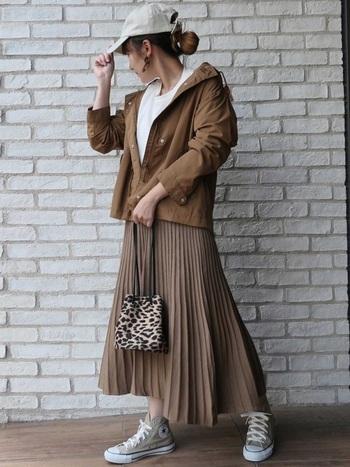 ブラウンコーデに白いトップスを差し色に、爽やかな印象の秋コーデです。ウエストはすっきりと、裾に向かってふんわりと広がる細かなプリーツニットスカート。アシンメトリーなので動いたときのラインもきれいです。