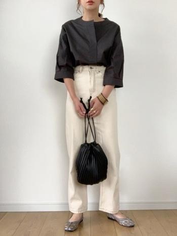 モノトーンでまとめたかっこいいパンツスタイルに、グレーのチャイナシューズがポイントに。巾着型のバッグと相まって、やわらかい抜け感を感じる着こなしです。