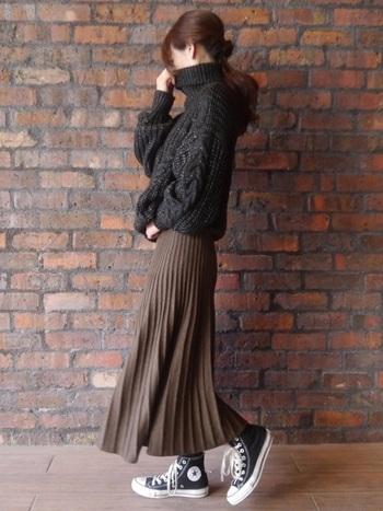 ざっくりと編まれたゆるいシルエットのトップスと、華奢見えする細めラインのプリーツニットスカート。絶妙なバランスでレディライクなスタイリングに。足元のコンバースでカジュアルダウンして、街歩きにも◎