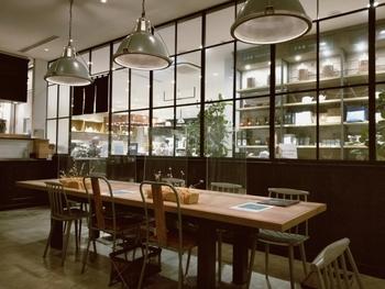枡に入ったパフェで有名な「SALON GINZA SABOU(サロン ギンザ サボウ)」ですが、実はランチも人気です。コンセプトショップに併設されたおしゃれな店内で、和定食がいただけるんですよ。