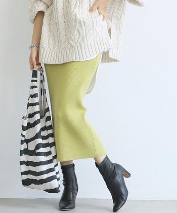 秋冬も、明るいイエローのニットスカートなら明るく元気な印象に。スマートなシルエットのスカートが、冬らしい白ニットの魅力を引き立てます。デニムジャケットやシャツとスタイリングすれば、春先も素敵なコーデが楽しめます。