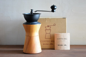 手回しのミルでガリガリと挽いたコーヒーは格別ですよね。こちらは石川県の山中漆器の高度な技術によって作られたコーヒーミル。ケヤキの木を切り出し作られたこちらは、シンプルで洗練されたデザインが特徴で、インテリアとしても映えるアイテムです。