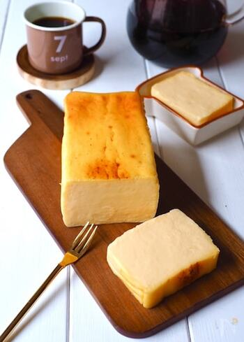 クリームチーズとマスカルポーネを使った、クリーミーなチーズテリーヌ。オーブンで湯煎焼きにし、型のまま粗熱を取ったら冷蔵庫で冷やします。