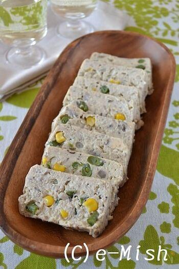秋の香りのきのこをたっぷり使い、豆腐とともにさっぱりしたテリーヌに。ダイエット中の方にもおすすめです。蒸していますので、食感もふっくら。味噌とマスタードのソースをつけて、召し上がれ。