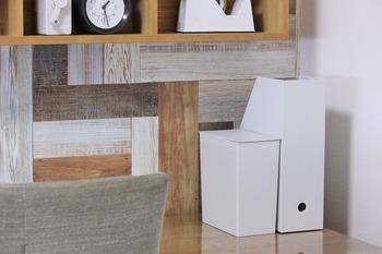 小さなゴミ箱なら、床に置かずにデスクの上に置けます。こちらは、無印の角型のゴミ箱です。使い終わった付箋や紙くずもすぐに捨てられるので、散らかる心配もありません。子供部屋におすすめのアイデアです!