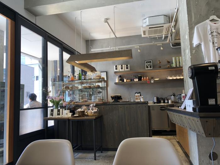 コンクリート打ちっぱなしのおしゃれな店内で本格的なコーヒーを楽しめる「イキ エスプレッソ (iki ESPRESSO)」。「エスプレッソとライフスタイルを融合した」というコンセプトのカフェです。コーヒーの激戦区である清澄白河の中にあって満員になることもあり、人気のほどが伺えます。