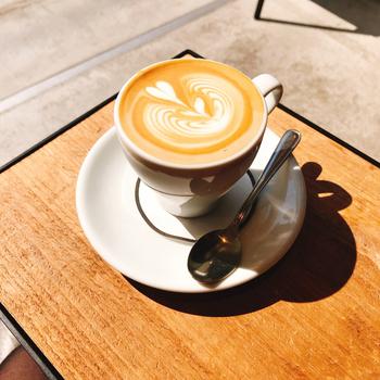 熟練のバリスタが丁寧に淹れるコーヒーは絶品。フードやスイーツも充実しているので、お昼どきやおやつどきに訪れるのもおすすめです。